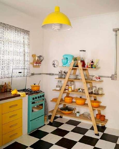 46. Estante para cozinha auxilia na organização. Fonte: Pinterest