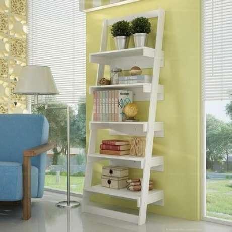 55. Estante branca complementa a decoração da sala de estar. Fonte: Pinterest