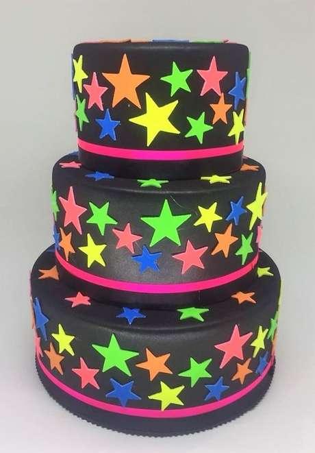 41. Este bolo usa a cor neon e é ótimo para uma festa anos 80. Foto: Blog Papo Glamour