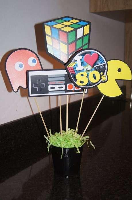 36. O centro de mesa da festa anos 80 pode ser simples e feito em casa. Foto: Etsy
