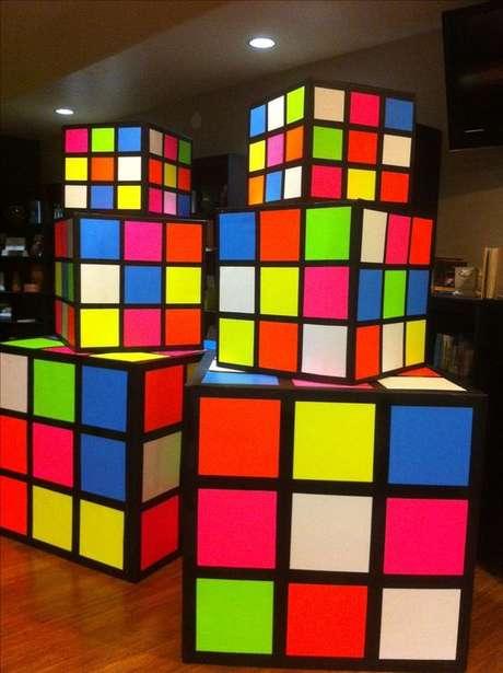 31. Os cubos mágicos são ótimos para criar itens decorativos grandes para uma festa anos 80. Foto: Father Gifts