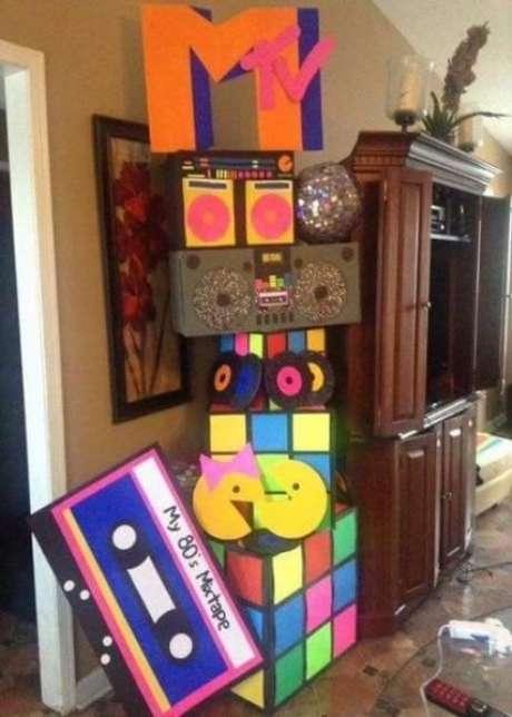 8. Cubos mágicos são ótimos elementos decorativos de uma festa anos 80. Foto: Martha Party Journal