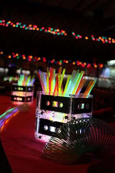 37. O neon pode estar associado aos itens da festa anos 80. Foto: Pinterest