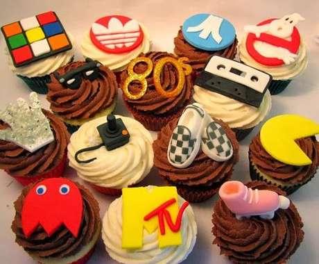 6. Doces podem ser decorados de muitas formas em uma decoração de festa anos 80. Foto: DJtinei
