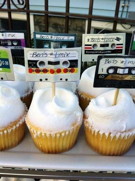 27.É importante lembrar que até em uma festa anos 80 os doces precisam ser mais gostosos do que bonitos. Foto: Apartment Therapy