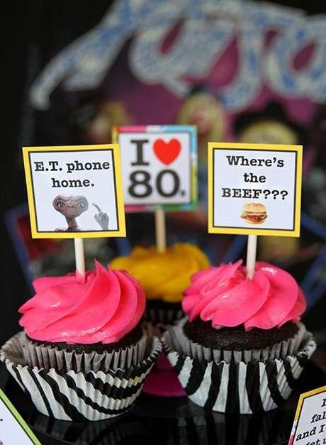 33. As plaquinhas são simples e decoram doces muito bem em uma festa anos 80. Foto: Living Locurto