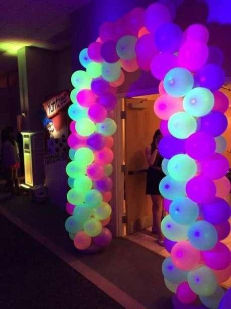 11. O neon da festa anos 80 pode estar nas bexigas. Foto: Fashion Bubbles