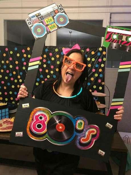 24. Pode ser interessante inserir cards para fotona decoração de festa anos 80. Foto: Pinterest