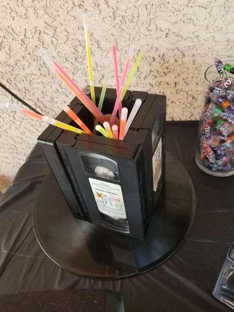 26. Pulseiras neon são simples e muito interessantes para uma festa anos 80. Foto: Pinterest