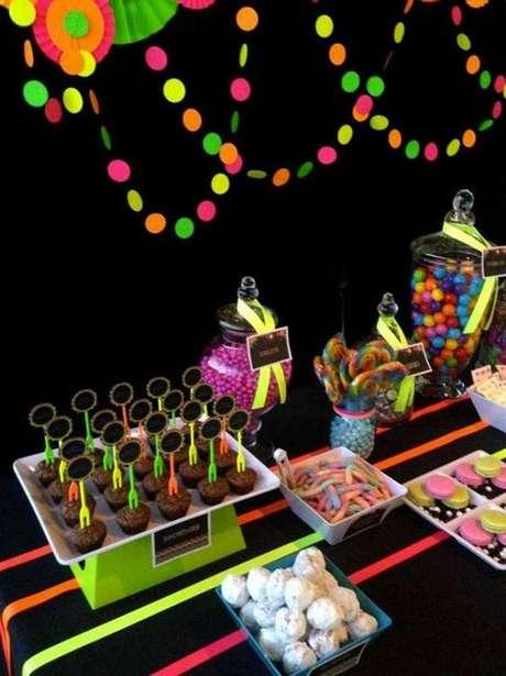 29. Aqui temos um exemplo de como o neon pode estar também nos doces. Foto: Blog Papo Glamour