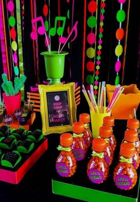 21. A festa anos 80 ganha muito com cores neon. Foto: Graziele Mello