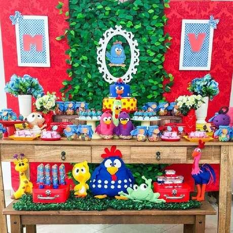 45. Painel de folhagens para decoração de festa de aniversário da Galinha Pintadinha – Foto: Prics Decorações