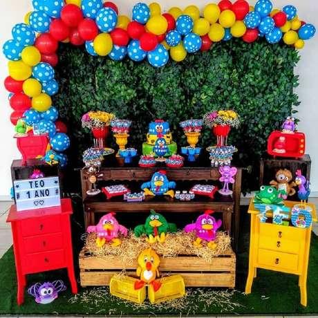 1. Para um aniversário infantil super colorido e animado invista no tema festa da Galinha Pintadinha – Foto: Navire Festas Decoração