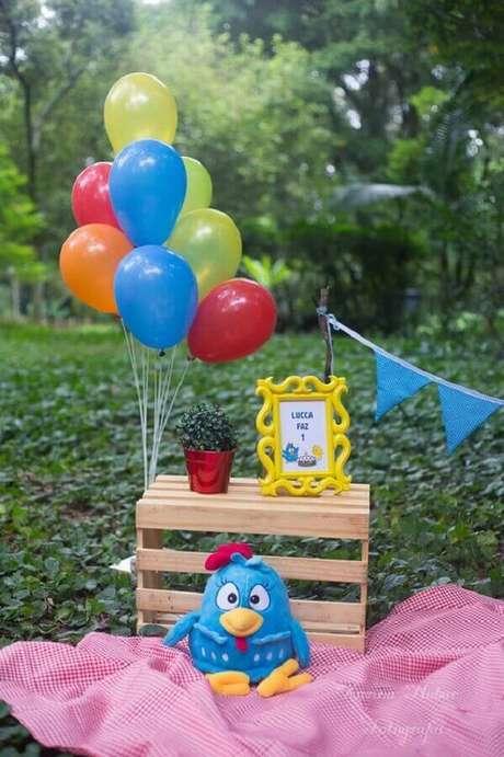 50. Ideias para festa da Galinha Pintadinha decorada ao ar livre – Foto: Karina Nabor Fotografia