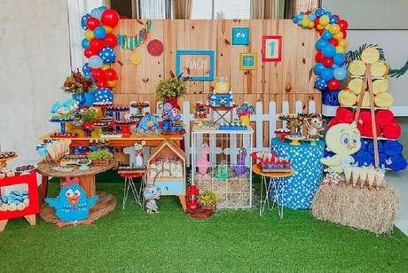 53. Decoração rústica para festa infantil da Galinha Pintadinha – Foto: Sr. dos Sonhos
