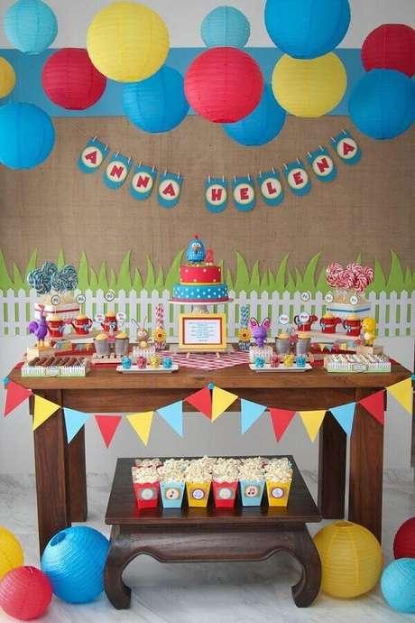55. Festa simples da Galinha Pintadinha decorada com balões coloridos – Foto: Webcomunica