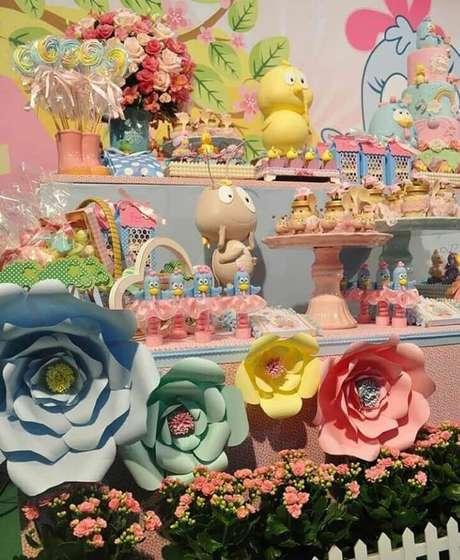 56. Linda decoração com flores de papel e arranjo de rosas para festa da Galinha Pintadinha rosa – Foto: Fadas Madrinhas Decorações
