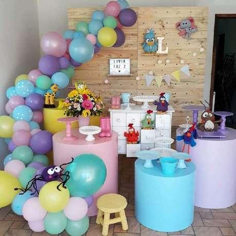 57. Ideia de decoração para festa simples da Galinha Pintadinha – Foto: Arteiras em Festa