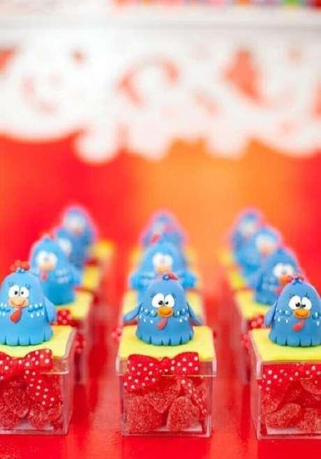 60. Caixinhas de balas decoradas com Galinha Pintadinha para festa de aniversário – Foto: Why Santa Claus