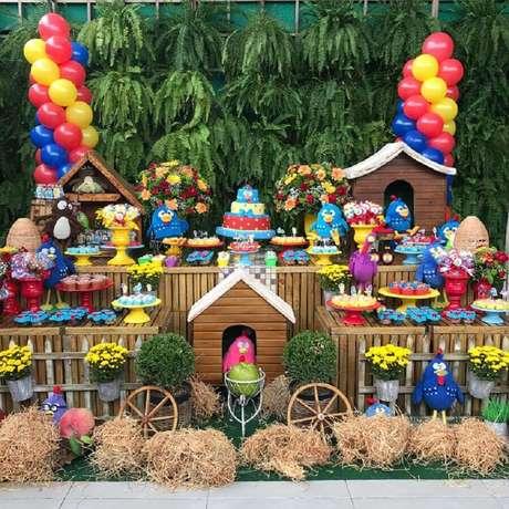 67. Linda decoração para festa da Galinha Pintadinha com painel de folhagens e vários detalhes rústicos na mesa – Foto: Buffet Wood e Wood em Casa
