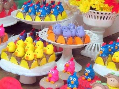 69. Mesa de doces decorada para festa da Galinha Pintadinha – Foto: Casa e Festa