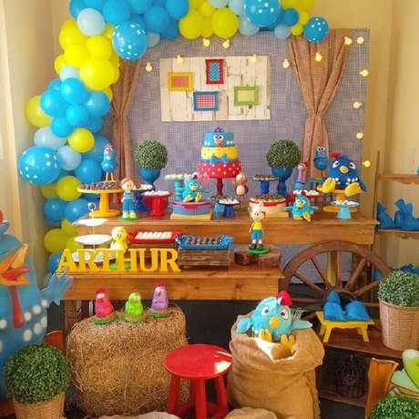 71. Mesa decorada para festa infantil da Galinha Pintadinha – Foto: Madame Girê Decorações em Festa