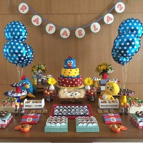 72. Festa da Galinha Pintadinha simples decorada com bolo 3 andares – Foto: Festejar com Amor