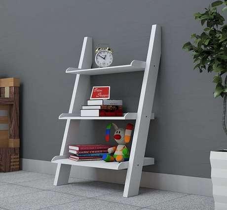 7. Mini estante escada branca com três divisões. Fonte: Pinterest