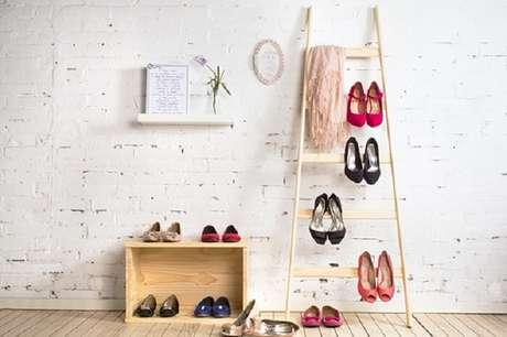 3. Que tal utilizar a estante escada como sapateira para organizar seus calçados? Fonte: Pinterest