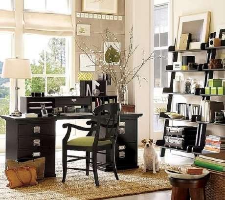 42. O home office ganhou um charme especial com a presença desta estante preta. Fonte: Pinterest