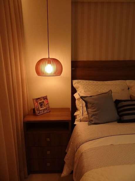 35. O pendente aramado para quarto de casal pode ser uma opção para iluminar o ambiente- Por: Nygaard e Simas Arquitetura