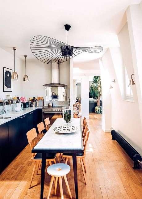 37. Pendente aramado preto na cozinha – Por: Fabiola Paulsen