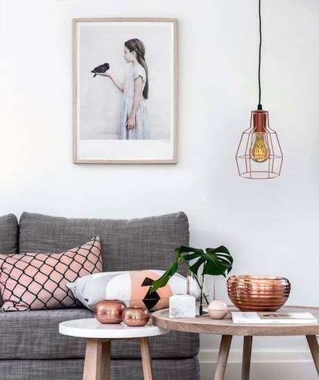 1. Sala de estar com pendente rosé gold na sala cinza e rosa – Por: Pinterest