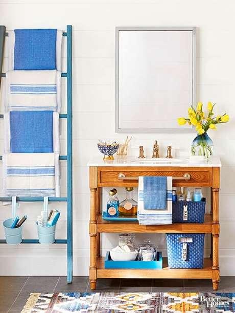 37. Traga cor para o banheiro incluindo uma estante escada no tom azul. Fonte: Revista Artesanato