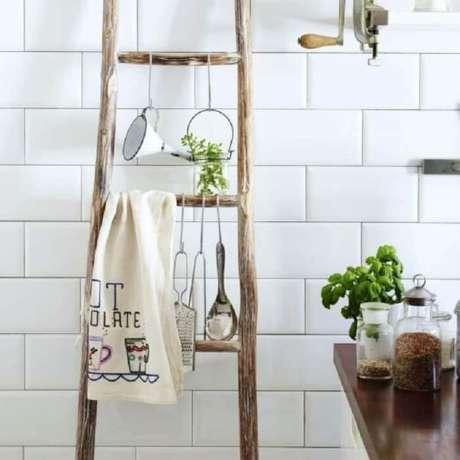 56. Utilize uma estantede madeira para o banheiro. Fonte: Pinterest