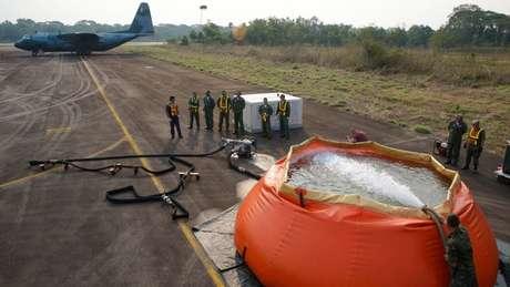 Militares enchem bolsa de água para combate a incêndio em Porto Velho (RO), na semana passada: tema prejudicou imagem internacional do Brasil