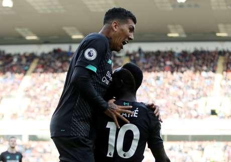 Firmino comemora com Sadio Mané na vitória do Liverpool