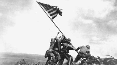 Soldados americanos em Iwo Jima, após uma das mais sangrentas batalhas da 2ª Guerra; estudioso americano dizia que combatentes tinham medo de disparar contra inimigos