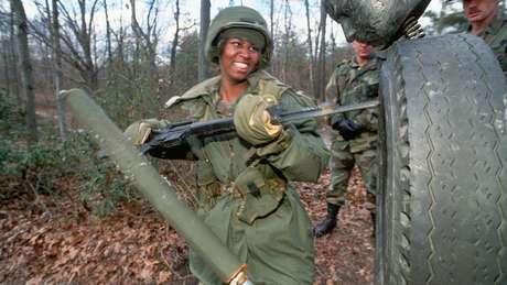 Baioneta é pouco usada em combate, mas mantém-se presente em treinamentos