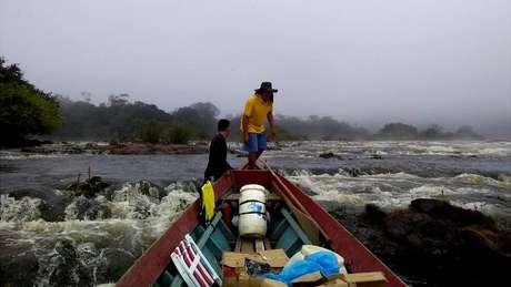 Partindo da cidade de Laranjal do Jari, uma equipe de 30 pessoas percorreu um trajeto de aproximadamente 220 km por rio e 10 km por terra até localizar a árvore mais alta da Amazônia