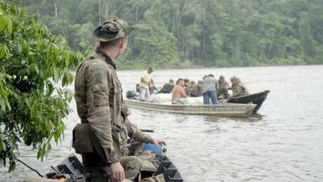 Militar da Legião Estrangeira observa revista durante operação de combate ao garimpo ilegal na Guiana Francesa