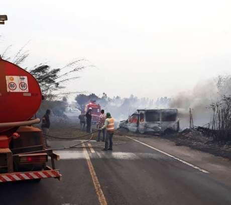 A van que transportava pacientes de hemodiálise bateu de frente em um caminhão, causando a morte de seis pessoas, em Martinópolis, interior de São Paulo. A fumaça de uma queimada à beira da pista causou o acidente.
