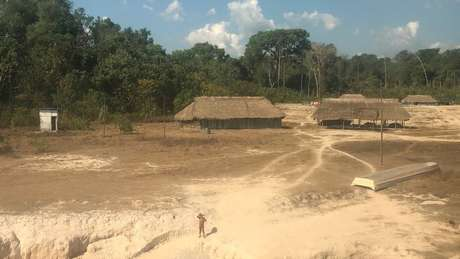 Aldeia kayapó nos limites da Terra Indígena Mekragnoti, onde visitantes precisam se identificar antes de seguir viagem