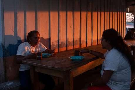 A ribeirinha Rita Cavalcante da Silva (à esq.) visitava uma terra indígena pela primeira vez na vida