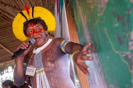 Um dos anfitriões do evento, Doto Takakire aponta trechos desmatados nas bordas da bacia do Xingu