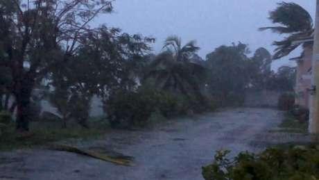 Fortes ventos atingem Freeport, em Grand Bahama, com a passagem do Dorian, em imagem obtida em vídeo em mídia social. 02/09/2019 Lou Carroll via REUTERS