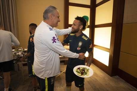 Tite e Neymar conversam após atacante se apresentar.