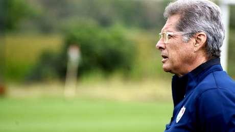 Oswaldo de Oliveira durante atividade no CTPA (Foto: Lucas Merçon/Fluminense)