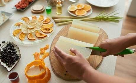 4. Siga o passo a passo de como fazer sabonete artesanal – Por: Dicas de mulher