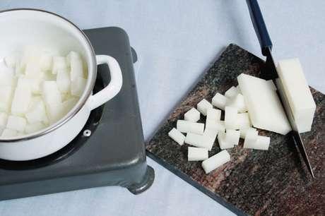 5. Derreta a glicerina no fogão elétrico para como fazer sabonete artesanal da melhor forma – Por: Revista Artesanato